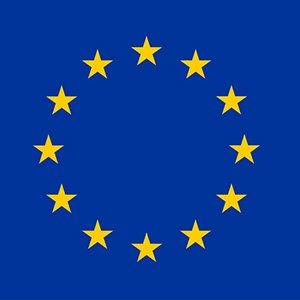 Europa-Flagge: Vor dem Hintergrund eines blauen Himmels bilden zwölf goldene Sterne einen Kreis als Zeichen der Union der Völker Europas.