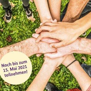 Aufnahme von mehreren, aufeinandergelegten Händen, daneben der Text: Noch bis zum 15. Mai 2021 teilnehmen!