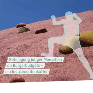 Titelbild: Eine Person klettert einen Berg hinauf.