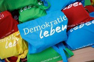 """Mit dem Bundesprogramm """"Demokratie leben!"""" unterstützt das Bundesfamilienministerium den Einsatz für Demokratie und gegen Extremismus. Bild: Thomas Imo/Photothek.de"""